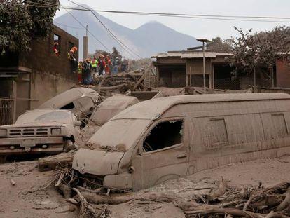 Carros soterrados após erupção