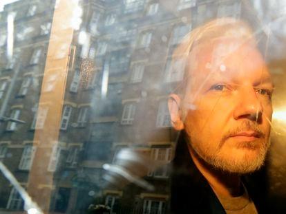 Imagem de arquivo de Julian Assange, refletido na janela de seu quarto em Londres, em 1º de maio de 2019.