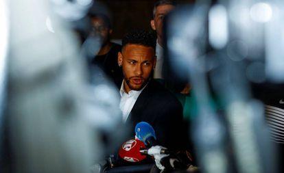 Neymar ao sair da Delegacia de Defesa da Mulher em São Paulo.