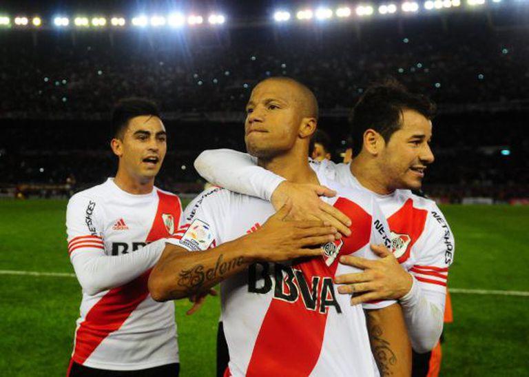 Carlos Sánchez celebra seu gol contra o Boca Juniors.