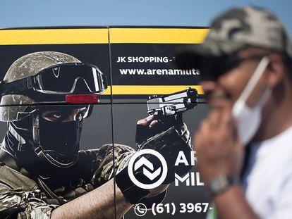 Pessoas participam de um ato pró-armas em Brasília, em 9 de junho deste ano.