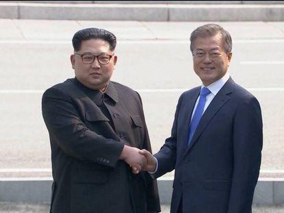 O líder norte-coreano Kim Jong-Un aperta a mão do presidente sul-coreano Moon Jae-in.