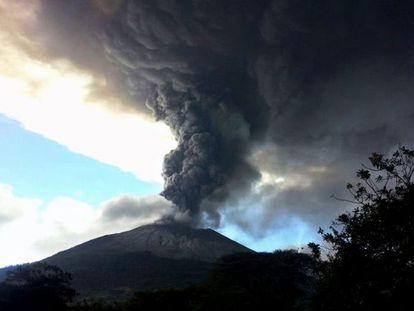 O volcão Chaparrastique expulsa cinza no leste de El Salvador