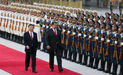 Nicolás Maduro junto a Xi Jinping durante a cerimônia de boas-vindas, em Pequim.