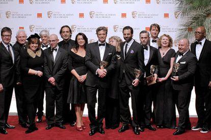 Colin Firth (centro) posa com a equipe do filme 'O Discurso do Rei'.