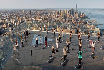 Sessão de Yoga no terraço do The Edge, o mirante mais alto de Manhattan.