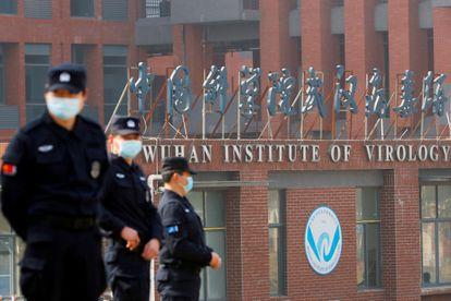 Seguranças no Instituto de Virologia de Wuhan, em imagem de arquivo.