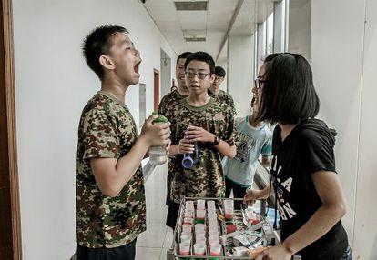 Os comprimidos também são usados: Yin Yu Tao, de 14 anos, toma sua dose diária.