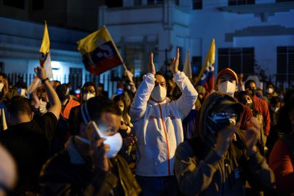 Apoiadores do candidato Andrés Arauz festejam os resultados em Quito, na madrugada desta segunda-feira.