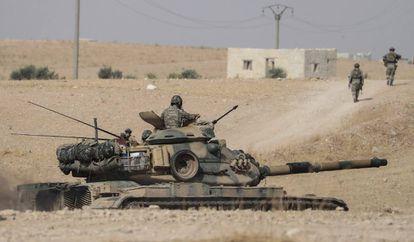 Tropas e tanques turcos patrulham nesta terça-feira os arredores da cidade síria de Manbij.
