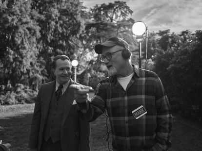 Gary Oldman e David Fincher durante a filmagem de 'Mank'.