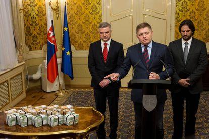 Robert Fico (no centro) junto com o chefe de polícia e o ministro de Interior (já demitido) oferece uma recompensa de um milhão de euros por pistas pelo assassinato de Kuciak, em 27 de fevereiro