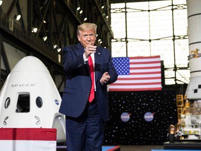 Donald Trump aponta para Elon Musk no Centro Espacial Kennedy, onde ocorreu o lançamento da SpaceX, neste sábado.
