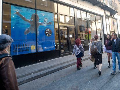 A capa do 'Nevermind', em tamanho gigante, na porta da londrinense Loading Bay Gallery, que em setembro de 2011 dedicou uma exposição ao Nirvana.
