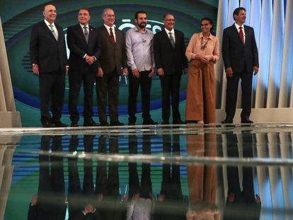 Os candidatos posam para fotos antes do debate na Globo.