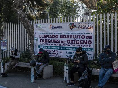 Parentes de pacientes aguardam em fila para poder reabastecer tanques de oxigênio na praça central da região administrativa de Iztapalapa.