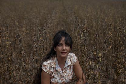 A fazendeira Tamires Vasconcelos em um campo de soja en março. Ela dirige uma fazenda de 5.100 hectares de cultivos em Sinop, no sul da Amazônia.