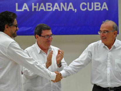 Iván Márquez e De la Calle dão as mãos diante do chanceler cubano, Bruno Rodríguez.