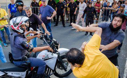 Marcus Santana é agredido por manifestante favorável ao golpe de 1964