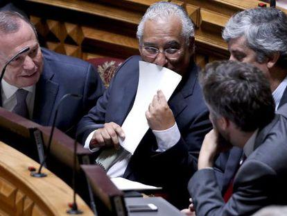 Antonio Costa (centro) durante a sessão no Parlamento que acabou com o governo de Passos Coelho.