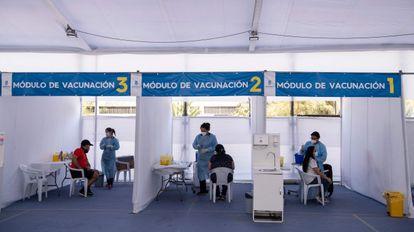 Postos de vacinação em Santiago, nesta quarta.