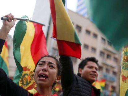 Manifestantes celebram a renúncia de Evo Morales, em La Paz.