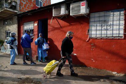 Pessoal sanitário visita casa por casa em um bairro popular de Beccar, na região metropolitana norte da cidade de Buenos Aires, em 17 de junho de 2020.