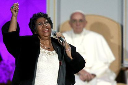 Aretha Franklin canta diante do Papa Francisco.