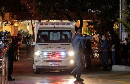 Ambulância com o presidente Jair Bolsonaro chega ao hospital Vila Nova Star, em São Paulo, na noite desta quarta.