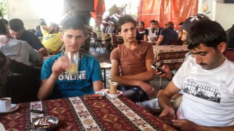 O traficante sírio Abu Nur, à direita, um intermediário e Hamzi, durante as negociações para ir de barco para a Grécia