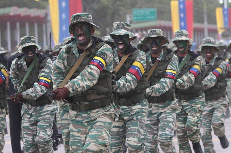 Desfile militar para comemorar a independência da Venezuela, em 5 de julho (fotografia cedida pela Agência Venezuelana de Notícias)