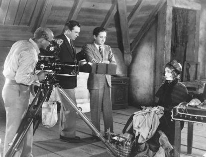 King Vidor e o produtor Irving Thalberg (segundo e terceiro, a partir da esquerda) assistem a um filmagem com Lillian Gish.