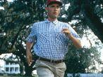 """A melhor interpretação de Tom Hanks. O papel, uma fábula sobre a história dos Estados Unidos do século XX protagonizada por um deficiente mental, poderia ter sido fatal. Mas o filme tinha um cartucho em seu favor. A humanidade, o carisma e a dignidade que Hanks empresta a 'Forrest Gump' ganharam um lugar especial na memória sentimental da cultura popular. Ninguém mais teria levado em frente este personagem, que despertou o carinho e a admiração do público. 'Forrest Gump' é a parábola sobre o sonho americano e o homem que se faz sozinho mais triunfante e contagiante filmada até então, e dependia integralmente de seu protagonista e da pureza com que Gump respeita sua mãe, Jenny, Deus e o tenente Dan acima de qualquer humilhação. É uma comédia hilariante e um melodrama comovente. É uma maratona interpretativa que Hanks forja com uma naturalidade assombrosa. """"Você nunca voltará a ver o mundo igual quando o vir através dos olhos de Forrest Gump"""", prometia o anúncio do filme. De certo modo, nunca voltamos a ser tão inocentes como quando Tom Hanks nos contava as histórias."""