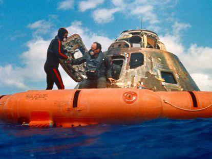 O astronauta Edgard Mitchell é ajudado a sair da cápsula, no meio do oceano logo depois de chegar da Lua em uma das missões Apolo.