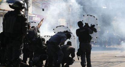 Policiais lançam gás lacrimogêneo contra os ocupantes.