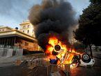 AME6831. VIÑA DEL MAR (CHILE), 23/02/2020.- Durante la jornada de protesta en contra del Festival de la Canción de Viña del Mar, se producen quemas de vehículos en la plaza Sucre de la ciudad de Viña del Mar (Chile). EFE/Leandro Torchio.