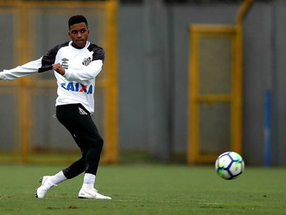 Rodrygo, em um treinamento com o Santos.