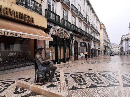 Estátua de Fernando Pessoa na rua Garrett, em Lisboa.