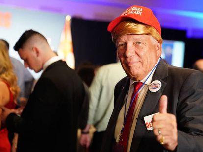 Um eleitor republicano vestido de Donald Trump, na festa do candidato Ron DeSantis em Orlando (Flórida).