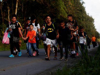 Migrantes hondurenhos na fronteira entre a Guatemala e Honduras, nesta quarta-feira.