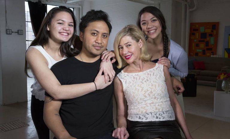 Mary Kay Letourneau Fualaau e o marido, Vili Fualaau, com suas duas filhas, em abril de 2010.