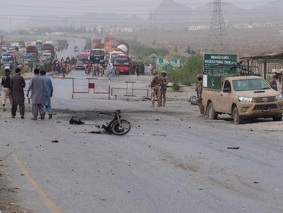 As forças de segurança do Paquistão inspecionam a área onde o ataque suicida em Quetta ocorreu, neste domingo.