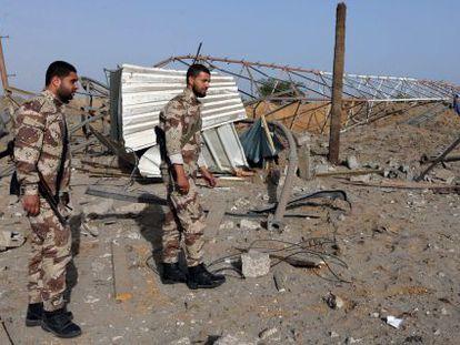 Forças de segurança palestinas examinam uma área zona atacada quarta-feira por Israel.