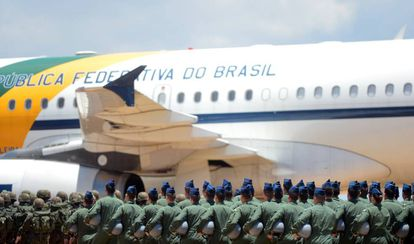 Um grupo de militares diante de um avião da Força Aérea Brasileira (FAB), em uma imagem de arquivo.
