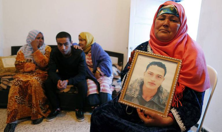 A mãe e os irmãos de Anis Amri, suspeito do atentado de Berlim, em sua casa de Ueslatia (Tunísia), na quinta-feira.