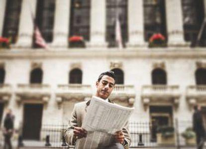 Um homem lê jornal em Nova York, território de 'Mad Men'.