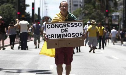 Manifestante protesta na av. Paulista em dezembro de 2016.
