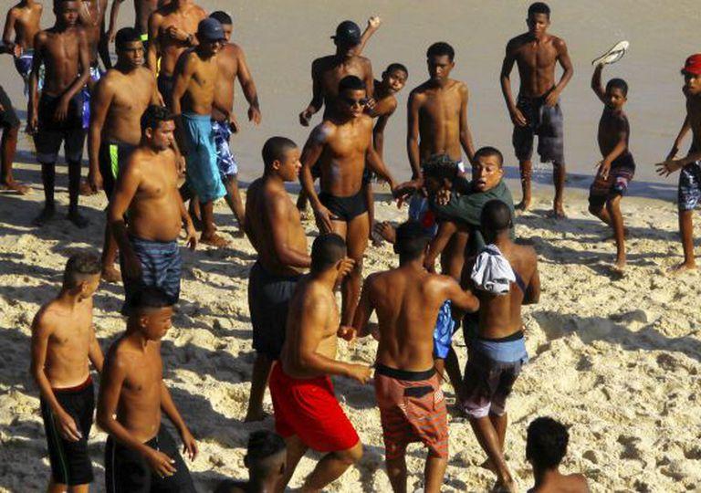 Homem imobiliza suspeito de assalto em praia do Rio, no dia 20 de setembro, mas banhistas reagem.