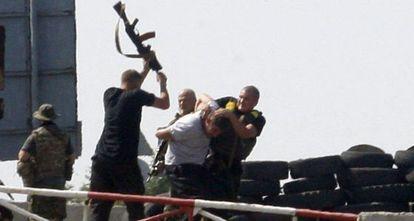 Soldados ucranianos agridem um suposto espião.