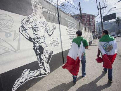 Torcedores mexicanos nos arredores do CT do Santos.